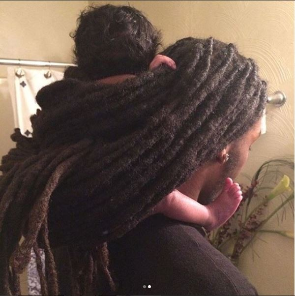 New dad causes mixed reactions for carrying his baby daughter wrapped in his dreadlocks (Photos)