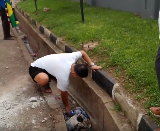 Video:?Chinese man ordered to pick trash from the gutter after littering it in Ghana