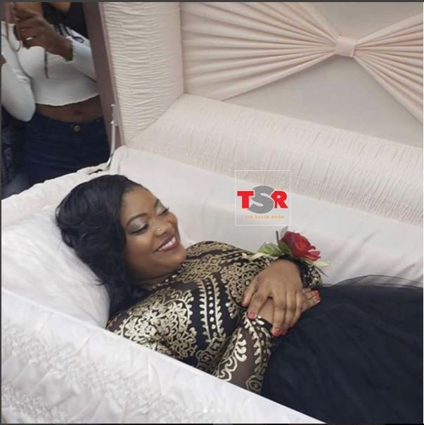 Teen causes a stir as she arrives her prom in a coffin (Photos)
