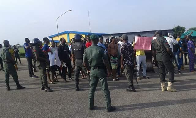 APC and PDP youths, supporters clash at Benin Airport over motion moved by Senator Matthew Urhoghide to impeach Buhari