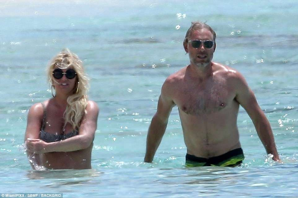 Jessica Simpson and husband Eric Johnson pack on the PDA during Bahamas getaway (Photos)
