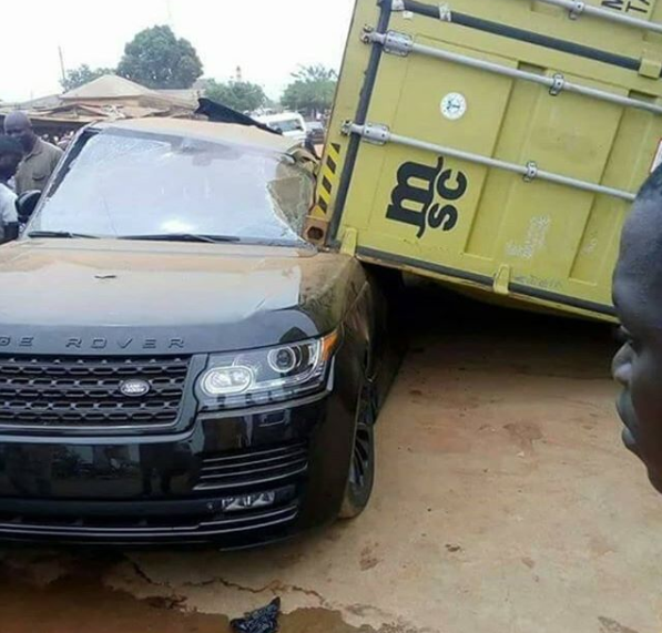 Trailer driver takes off after his container falls on Range Rover (photos)