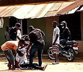 Man slumps after getting slapped by police officer for refusing a phone check in Lagos