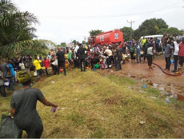 Imo residents in large crowd seen scooping Kerosene from fallen tanker (Photos)