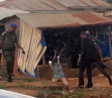 Video: Policemen attached to a King in Kwara state filmed flogging a motorcyclist