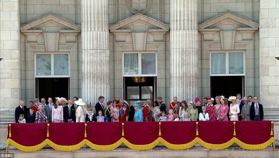 Photos-Meghan makes her first balcony appearance at Buckingham Palace as she joins the Queen to celebrate her official 92nd birthday