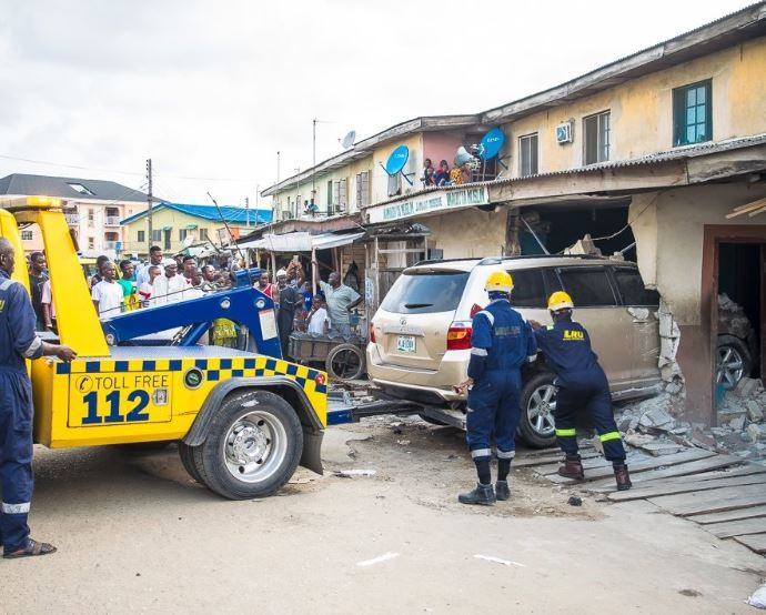 LASEMA response unit recovers a Toyota Highlander that rammed into a mosque at Isolo (Photos)