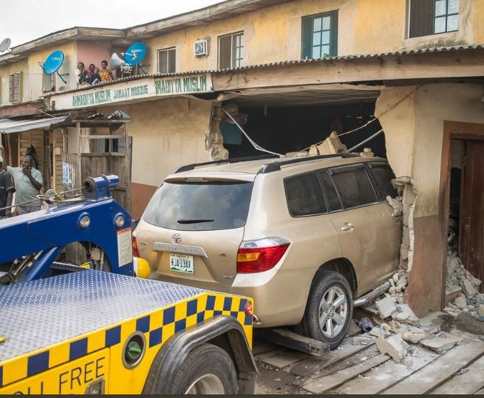 Photos:?LASEMA response unit recovers recovers a Toyota Highlander that rammed into?a mosque at?Isolo