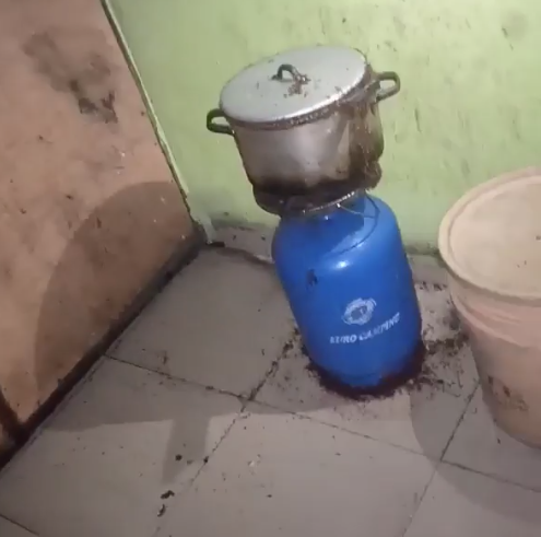 See what a Nigerian man found in his pot and all over his kitchen three hours after eating from same pot