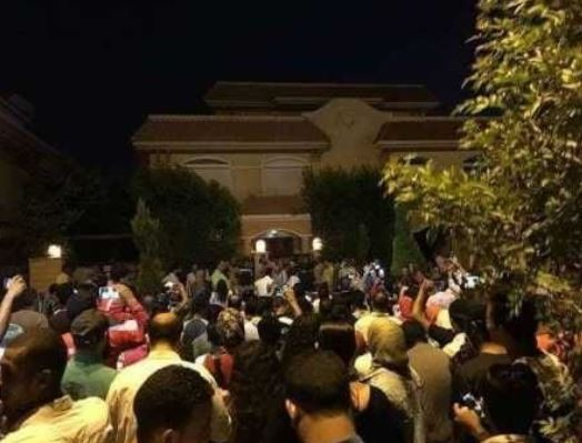 Fans storm?Mohamed Salah