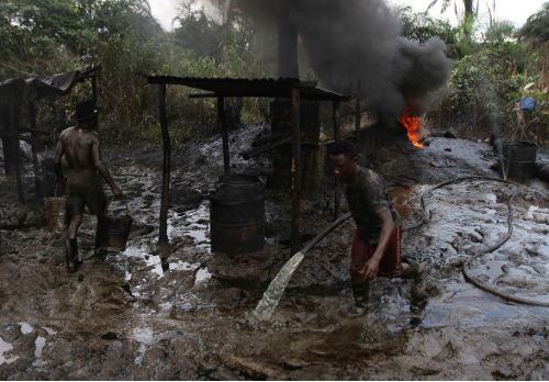 Nigerian?Navy destroys 1500 illegal refineries in Delta State