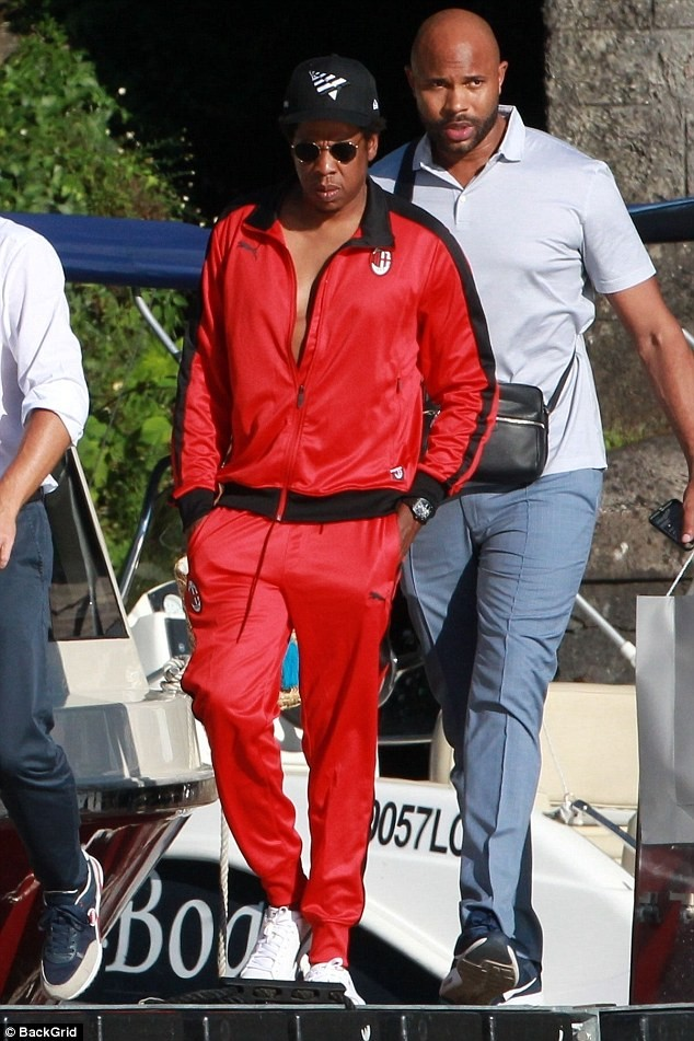 Beyonce joins husband Jay-Z for a boat ride in Italy (Photos)