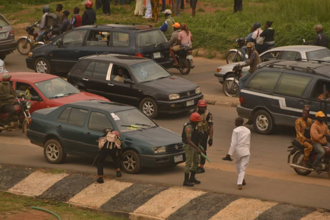 Photos of gun wielding mobile police men in front of Ekiti state government house
