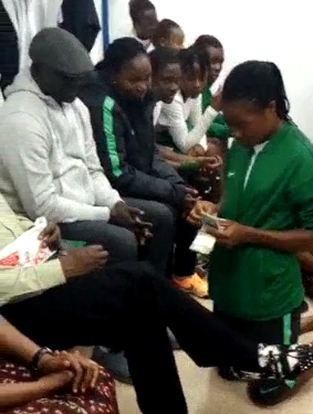 Nigerian female footballers go on their knees to collect their entitlements from the Sports Minister (photos/video)
