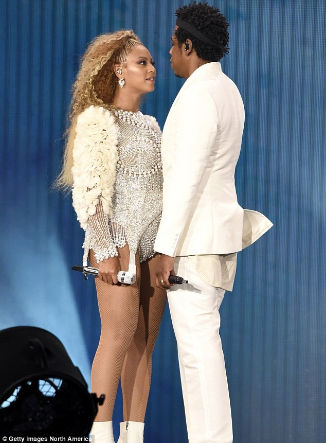 Beyonce and Jay Z share a kiss on stage at their New Jersey concert? (Photos)