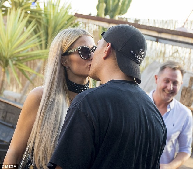 Paris Hilton and fiance Chris Zylka share a kiss at his art exhibit opening in Ibiza?(Photos)