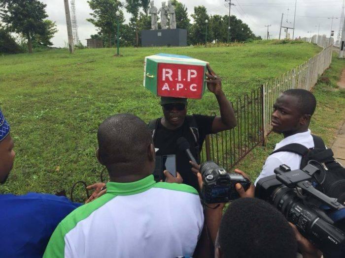 LORD !!!: Man begins trek from Lagos to Abuja to kick against President Buhari's 2nd term bid (photo)