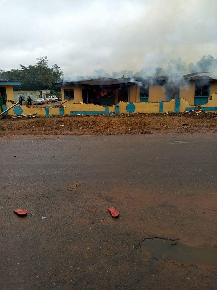 Youths in Osun state raze police station over alleged shooting of undergraduate by SARS(photos)