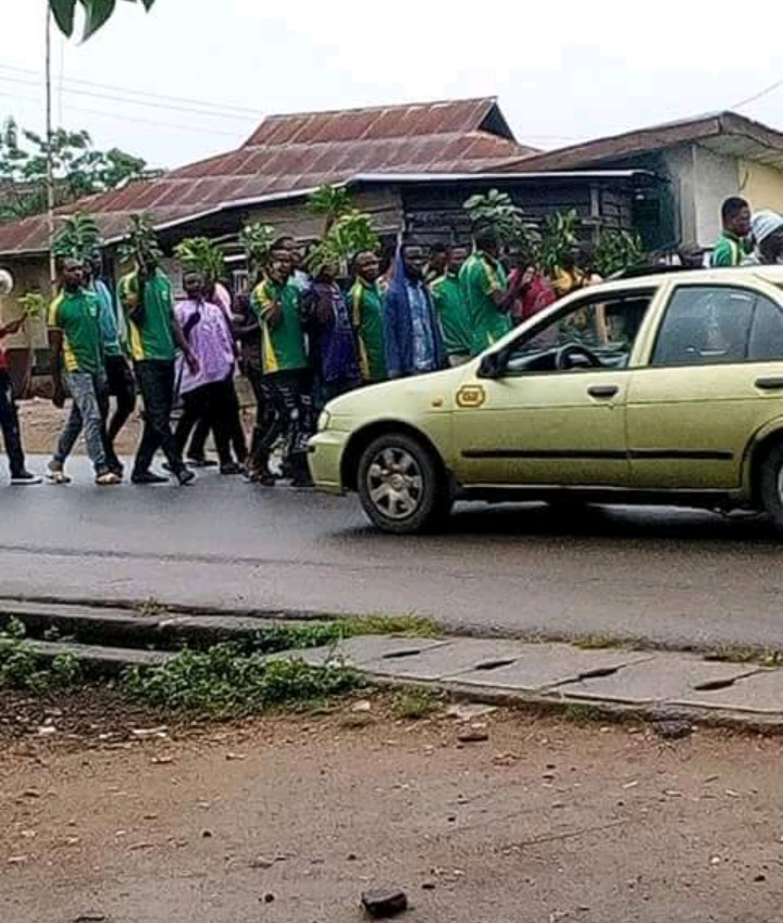 Riot in Ekiti as husband of heavily pregnant woman is hanged (graphic photos)