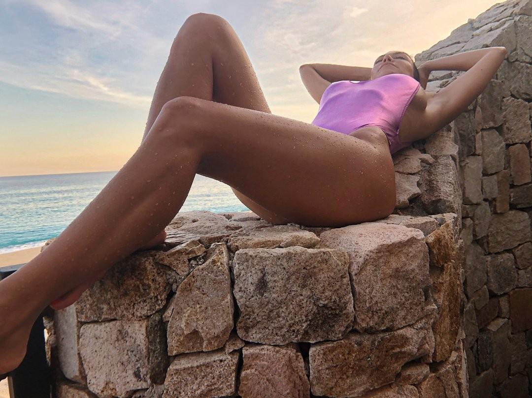 Kourtney Kardashian flashes side-boob in hot new photos
