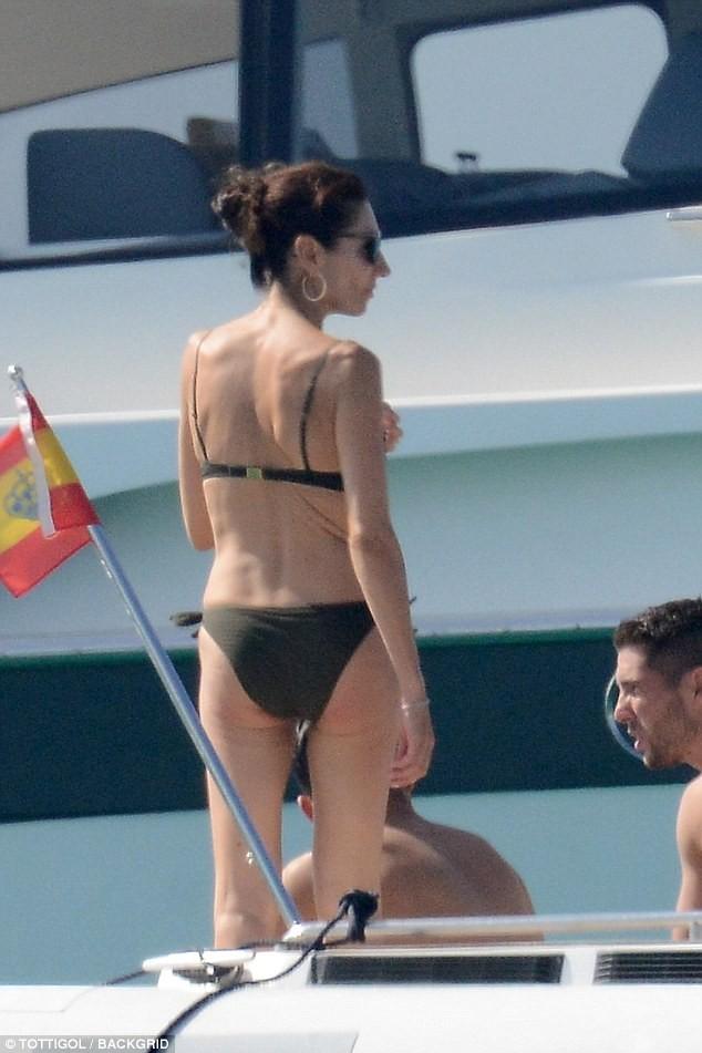 Zinedine Zidane enjoys a relaxing getaway in Spain with his bikini-clad wife, V?ronique (Photos)