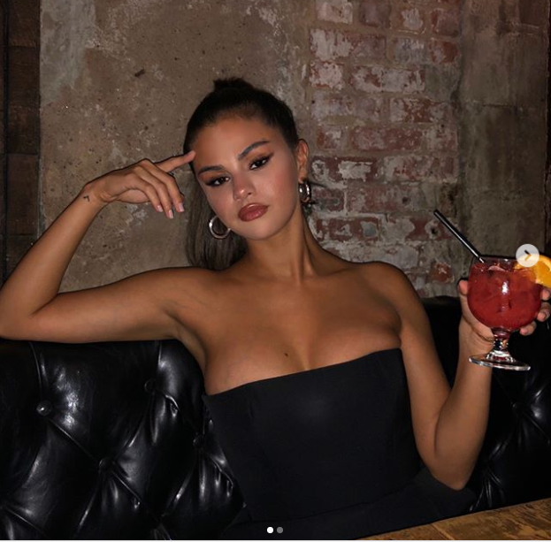 Selena Gomez puts on busty display in strapless LBD dress (Photos)
