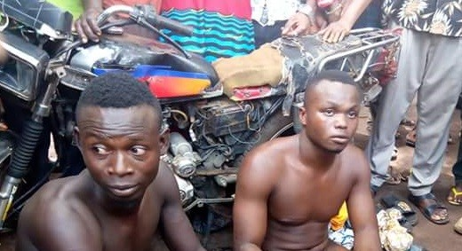 Photos: Two alleged robbers nabbed, stripped naked in Agbor, Delta State