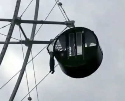 Boy hangs from a Ferris wheel by his neck after mum let him ride alone to save admission fee (video)