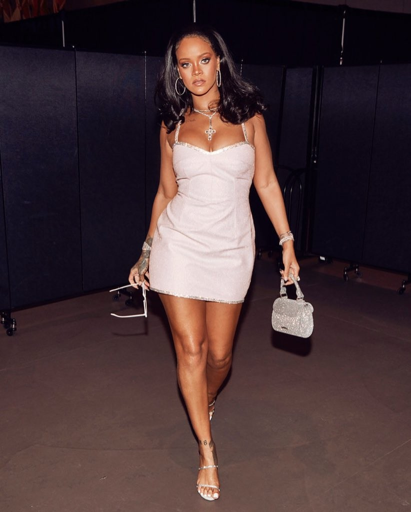 Stunning new photos of Rihanna flaunting her cleavage in sexy mini dress. (Photos)