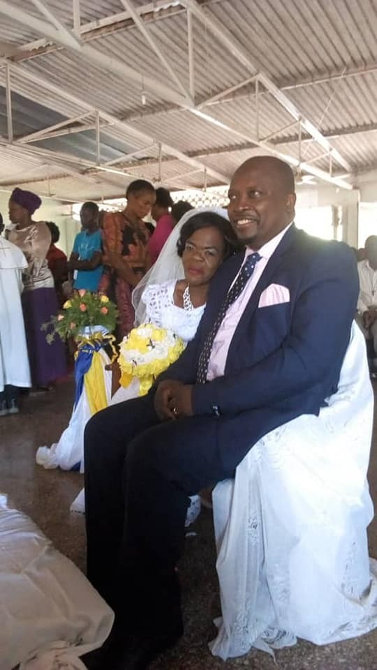 Lovely photos of man kneeling to kiss his Dwarf Lover on their wedding day