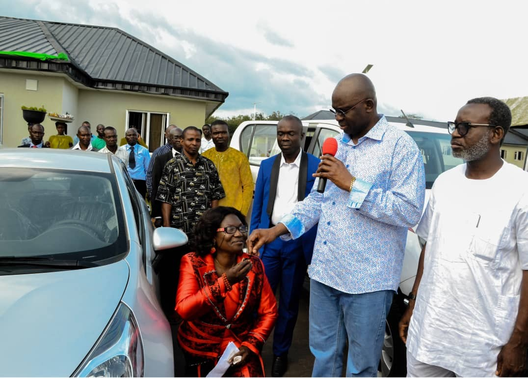 Photo: School principal kneels down as she receives car gift from governor Fayose