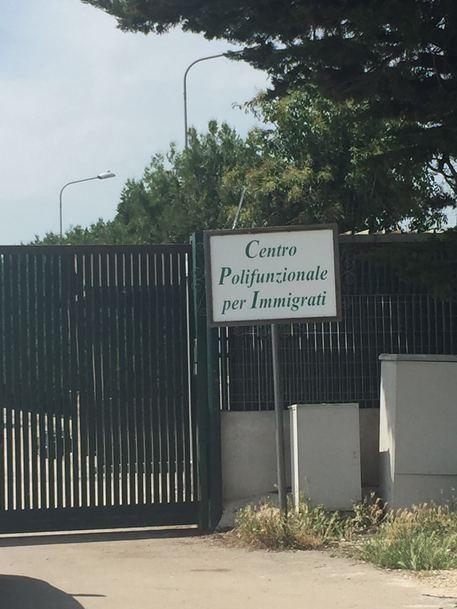 Nigerian migrant attacks director of asylum-seeker reception centre in Italy, demands 50 euros