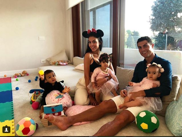 Adorable new photo of Cristiano Ronaldo relaxing with his girlfriend and children?