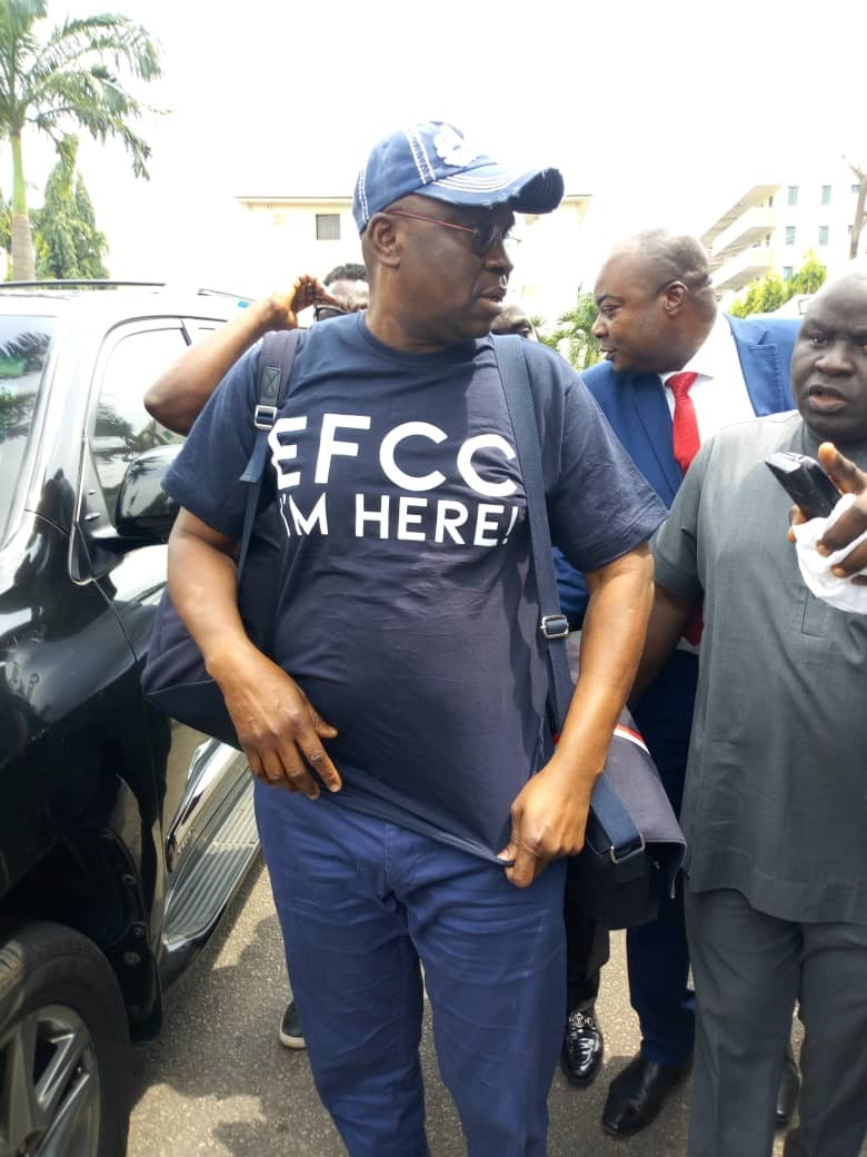 Photo: Ayo Fayose lands in EFCC office,  see what is written on his shirt