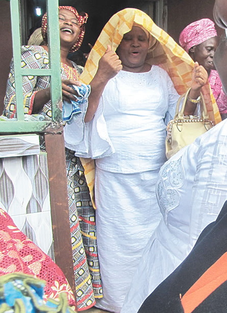 Photos: 84-year-old pastor pays his wife dowry after 46 years of marriage