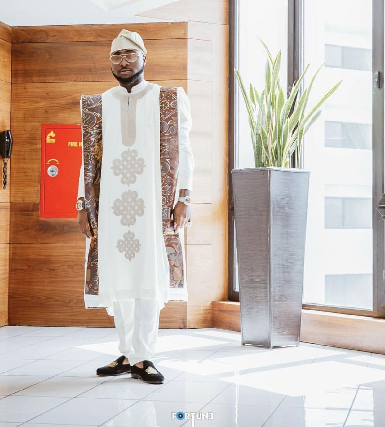 Davido steps out looking handsome in Agbada for his lawyer