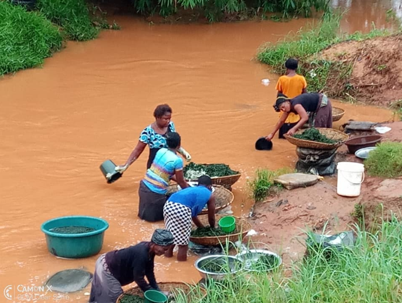 Man warns shoppers after seeing vegetable sellers processing their wares in muddy stream