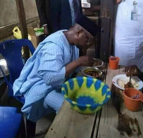Photo: Governor of Niger State, Abubakar Sani Bello spotted having lunch at mamaput joint in Minna