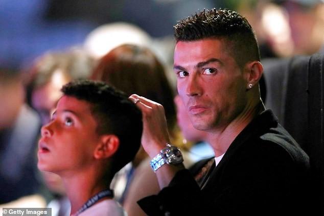 Cristiano Ronaldo, his girlfriend and son to watch?Novak Djokovic beat John Isner in London (Photos)