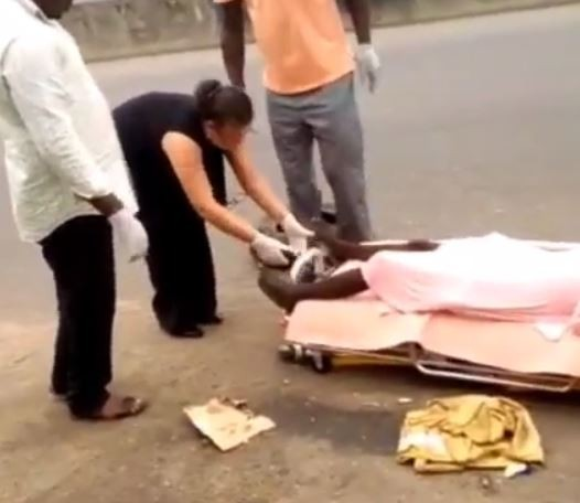 White lady calls ambulance to rescue a mentally ill woman in Port Harcourt (Video)