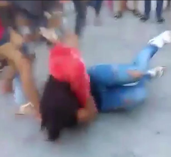 Two women fight outside prison gates over their mutual love interest who is in jail (video)