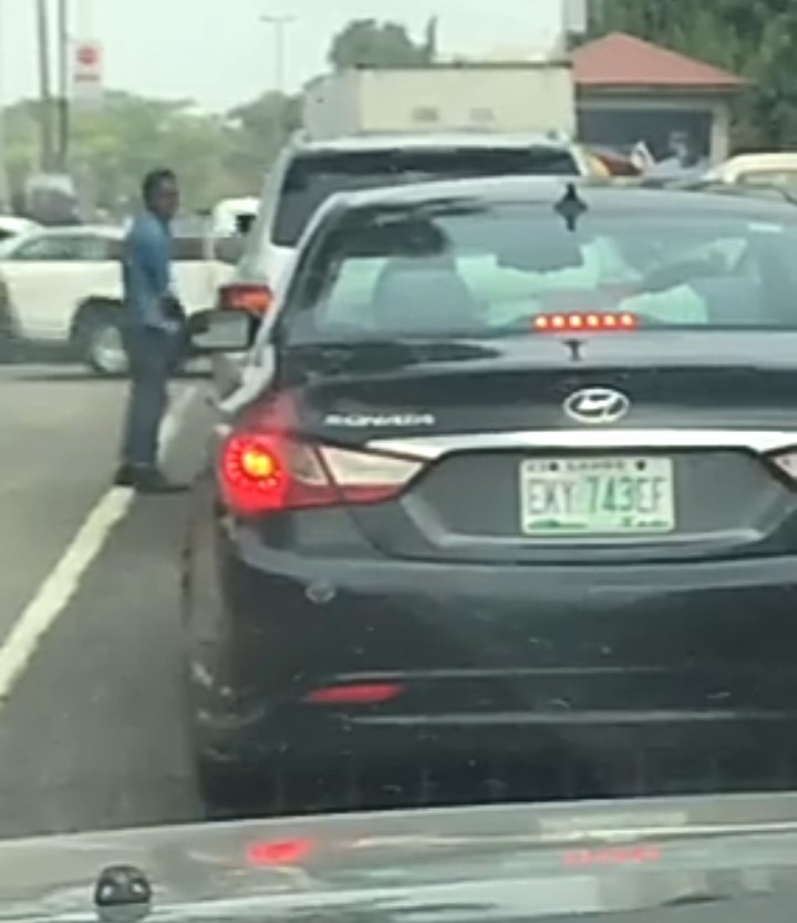 Angry driver gets down from car and verbally attacks his female boss (video)