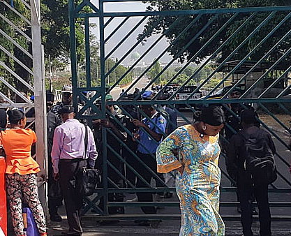 Security men, workers block National Assembly gate