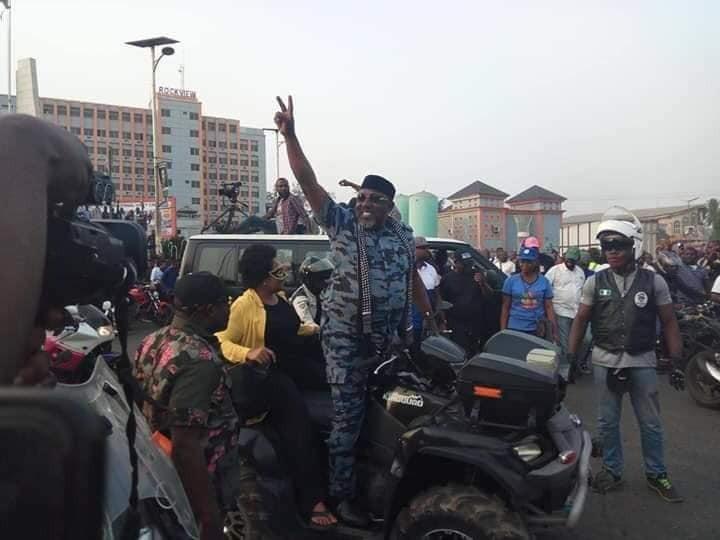 Video: Watch Governor Okorocha dishing some Shaku Shaku moves at the state 2018 Unity Carnival
