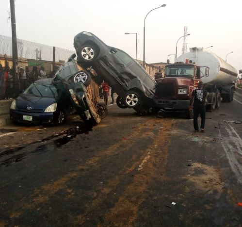 Petrol tanker�crushes 5 cars on New Year's eve in�Lagos (Photos)
