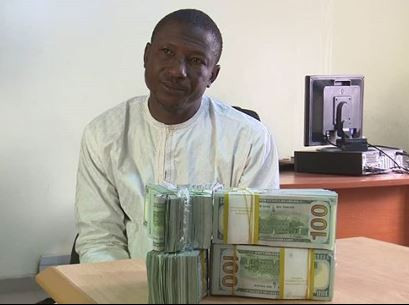 Photo: EFCC arrests man for failure to disclose $207,000?at the Mallam Aminu Kano International Airport