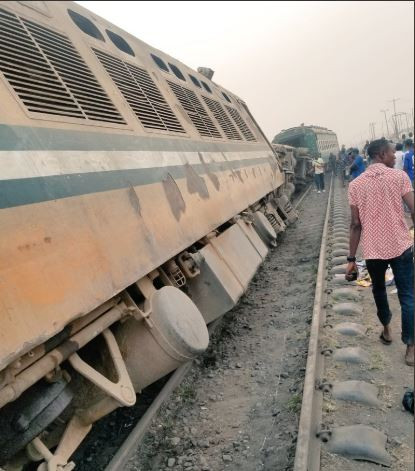 Photos:?Train derails during rush hour?traffic at Mangoro bus stop, Agege, Lagos