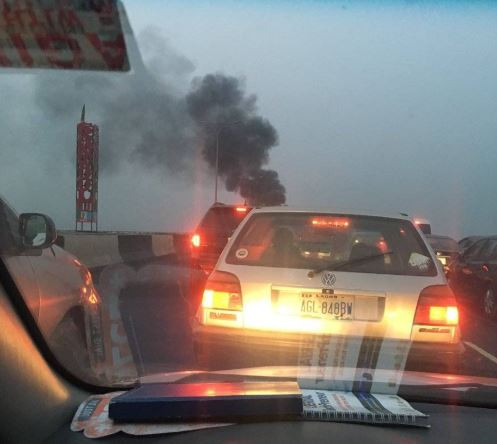 Huge traffic as?a Honda Crosstour goes up in flames on Third Mainland Bridge (Photo)