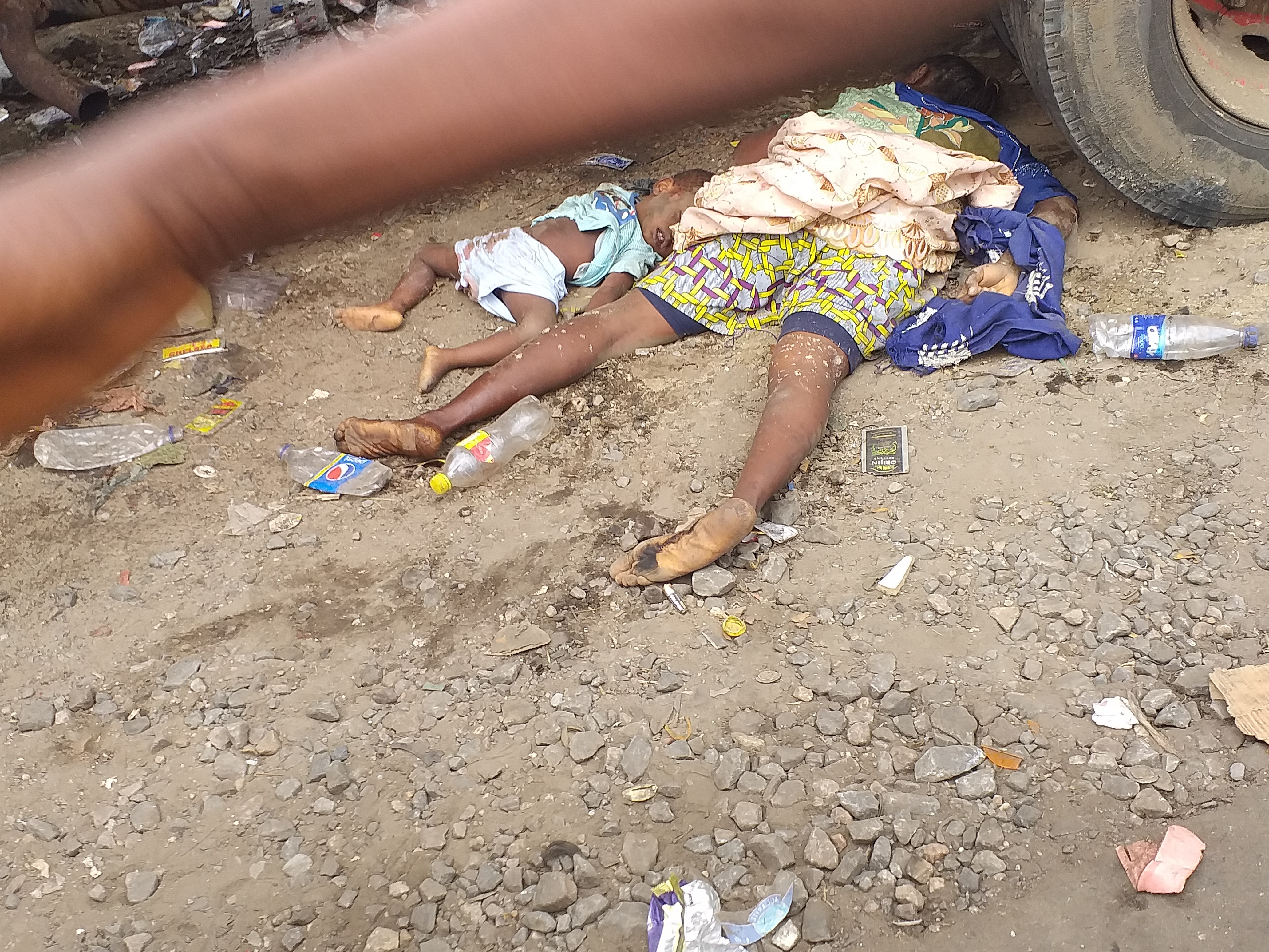 Graphic: Tipper rams into roadside sellers in Oshodi, kills mother and child