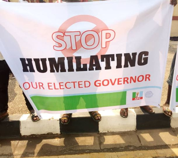 Photos from the protest at the Lagos State House of Assembly over plans to impeach Governor Ambode ? ? ?